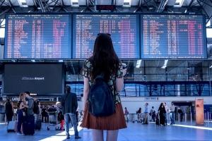 ¿ES SEGURO VIAJAR?  ¿MEJOR viajar en COCHE  o en AVIÓN?